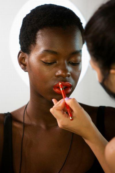 Der beste Beauty-Hack für volle Lippen! So trägst du Lipliner richtig auf für einen Mega-Effekt