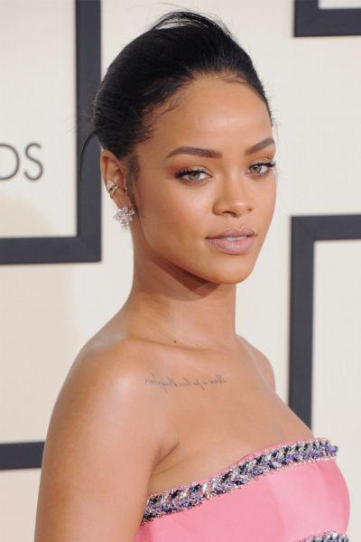 Rihanna trägt jetzt Curtain Bangs und das Internet flippt aus