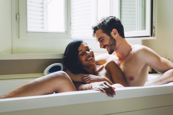 Sex in der Badewanne: Wir geben Tipps, wie Sex im Wasser nicht krampfig, sondern super entspannt wird
