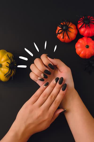 Halloween-Nägel 2021: 7 gruselige Nagellack-Ideen, die du auch im Alltag tragen kannst - und sogar Minimalist:innen lieben werden!