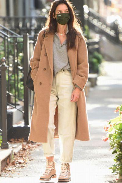 Cozy und cool: Katie Holmes trägt einen Polo-Pulli von Mango - und er kostet unter 30 Euro
