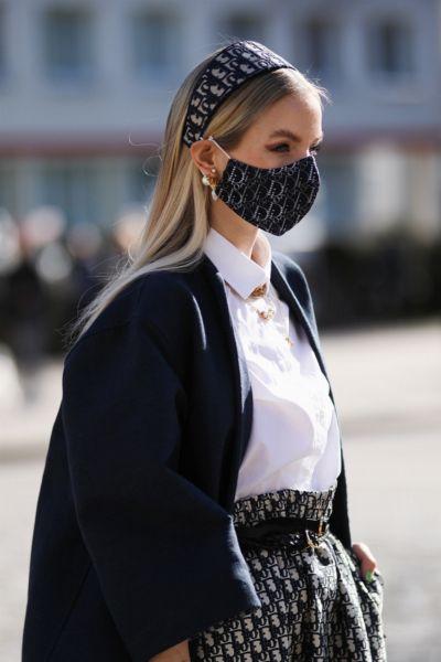 Ohrringe zum Mundschutz tragen: Mit diesem Styling-Trick klappt's garantiert - plus: passenden Ohrschmuck könnt ihr hier direkt nachshoppen
