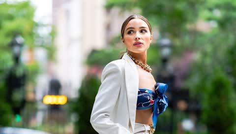 Seidenschal als Top: Olivia Culpo löst mit diesem Outfit einen neuen Sommer-Trend aus