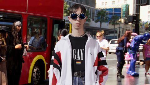 Gay! Ein T-Shirt, das wir (und Sie!) diesen Sommer immer und immer wieder tragen werden