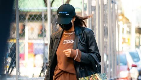 """Irina Shayk hat schon jetzt, was wir im Frühjahr alle tragen werden - den """"Matrix""""-Ledermantel von Mango"""