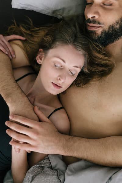 Getrennt, verknotet, umschlungen: Das verrät die Schlafposition über deine Beziehung