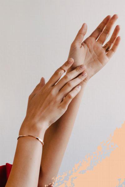 Nagelpflege: Dieser beliebte Nagelhärter-Stift zaubert schöne und lange Nägel - und ist super praktisch