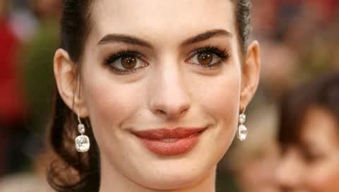 Anne Hathaway trägt die perfekte Frisur für glatte Haare