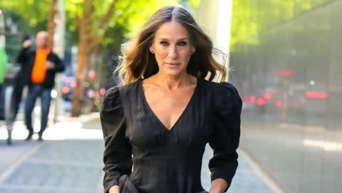 Sarah Jessica Parker: Tragen Sie im Sommer schwarze Kleider so glamourös wie der SATC-Star