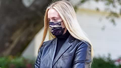 Sophie Turner trägt den perfekten Leder-Blazer für den Herbst - und fand diesen bei Mango