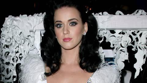 """Katy Perry performt in Viktor&Rolf Couture und wir finden, dass es (wirklich) an der Zeit für ein """"Ja, ich will"""" ist"""
