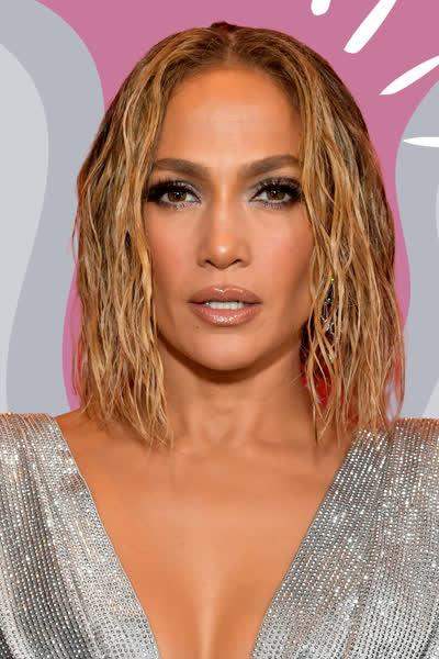 Jennifer Lopez: Die Sängerin zeigt, wie cool sich Slip Dresses im Herbst stylen lassen - und so einfach geht's