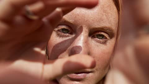 Contouring mit Selbstbräuner - so gelingt der Sunkissed-Look ganz ohne Make-up