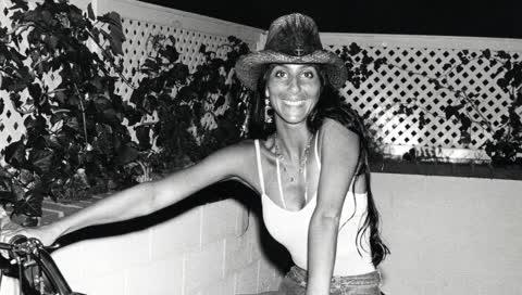 Cher: 20 seltene Fotos der Musik-Ikone, die ihren relaxten 70er-Jahre-Stil zeigen