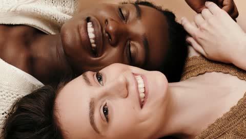 Warum ein weißes, breites Lächeln der wahre Schlüssel zu einem jugendlichen Aussehen ist