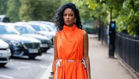 Noëlla Coursaris zeigt uns auf der London Fashion Week, wie stilvoll die Trendfarbe Orange wirkt