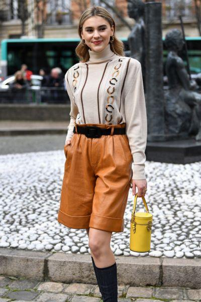 Stefanie Giesinger trägt den Mützen-Trend des Winters - und sieht aus wie Emily in Paris