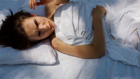 Für einen besseren Schlaf: So schützen Sie sich vor dem blauen Licht von Handy und Computer