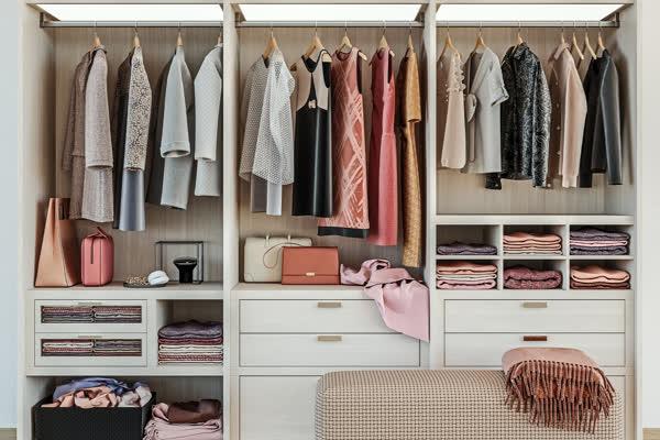 Achtung, Fashion-Fehler: Bewahrst du diese Kleidungsstücke HÄNGEND im Kleiderschrank auf, sind sie in kürzester Zeit ruiniert